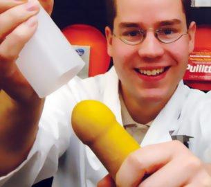 Oraler Genuß, backen Sie sich einen megaprallen Penis von stolzen 35 Zentimeter Länge. Der neue Knack- & Back-Trend Schleck mich!